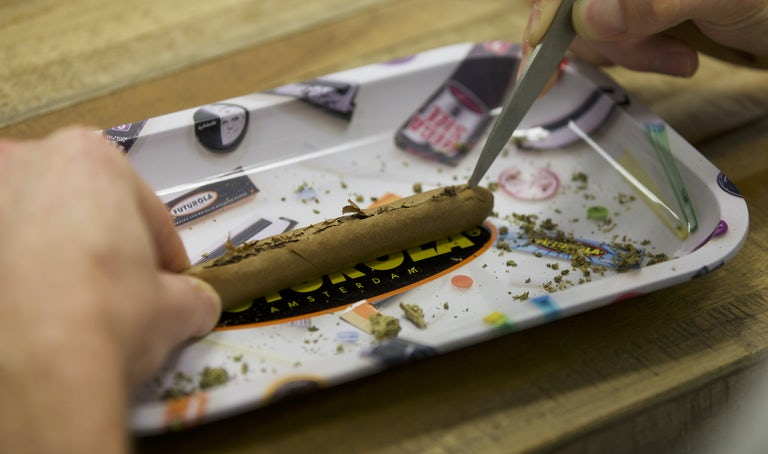 how to roll a blunt tutorial